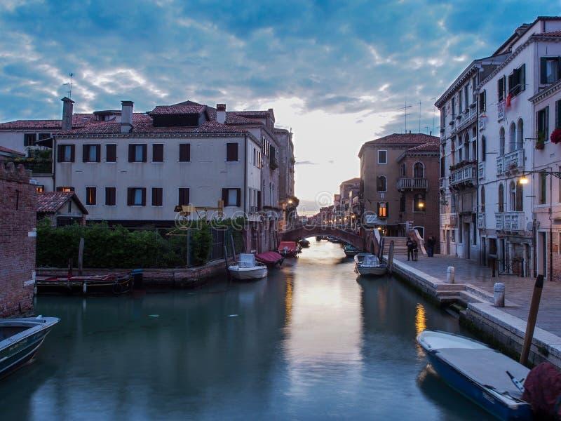 Italia, Venecia - un canal más pequeño con menos tráfico pero es hermoso aun así foto de archivo