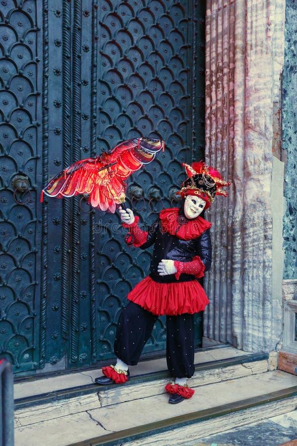 Italia; Venecia, 24 02 2017 Un hombre en un traje del carnaval con un de imagenes de archivo