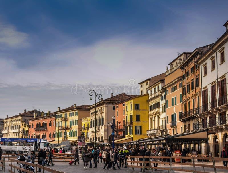 Italia, Verona, tiempo de mañana Edificios en luz del sol de la mañana fotos de archivo