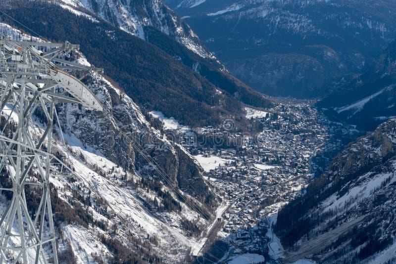 Italia, visión hacia Courmayeur, del teleférico foto de archivo