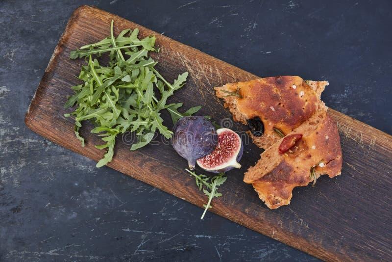 Italiaans brood met fig. en olijven stock afbeeldingen
