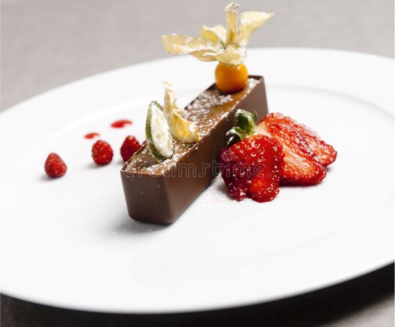 Italiaans bruin chocoladedessert met aardbeirood royalty-vrije stock fotografie