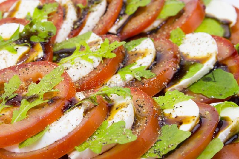 Italiaans de Saladeclose-up van keukencaprese van het de kaasbasilicum van de tomatenmozarella de saus van de de olijfoliepeper M royalty-vrije stock foto's