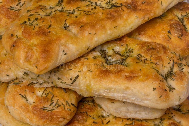 Italiaans focacciabrood met rozemarijn en knoflook stock foto's