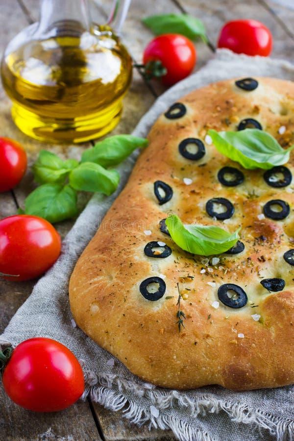 Italiaans focacciabrood met zwarte olijven stock afbeeldingen