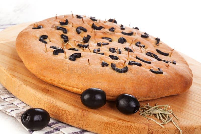 Italiaans foccaciabrood met zwarte olijven stock foto's