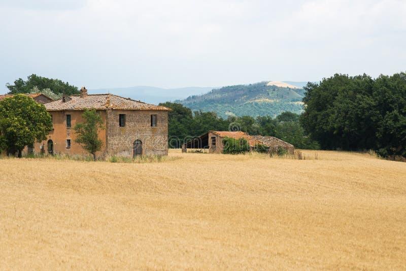 Italiaans huis en gewassengebied in het platteland stock afbeeldingen