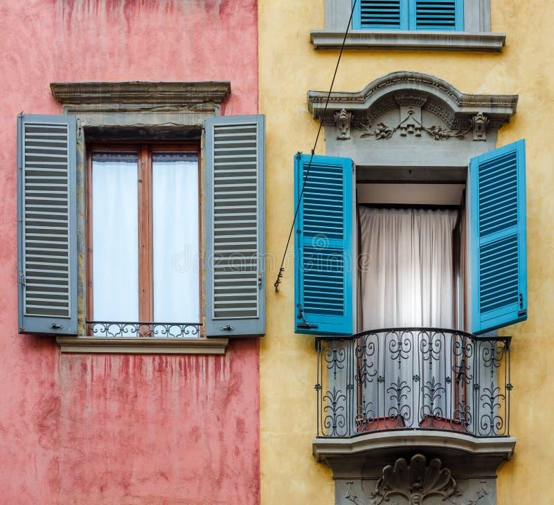 Italiaans huis met kleurrijk muren, vensters en balkon stock foto's