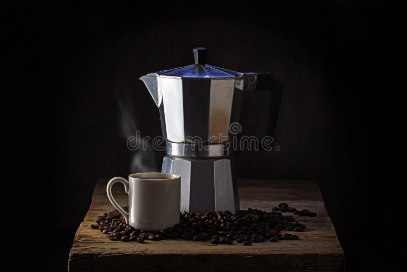 Italiaans koffiezetapparaat, die kop en gehele koffiebonen op rus stomen royalty-vrije stock foto's