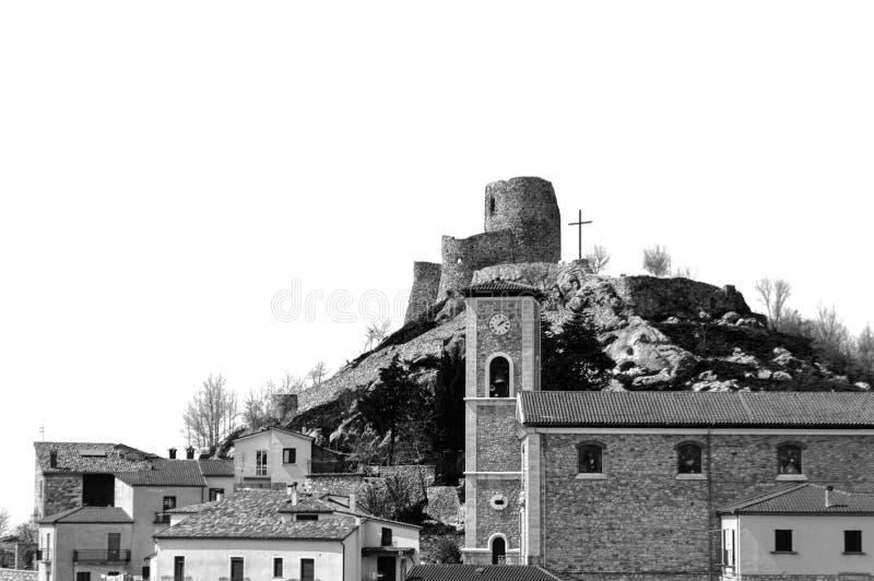 Italiaans landelijk landschap met kasteelruïnes stock fotografie