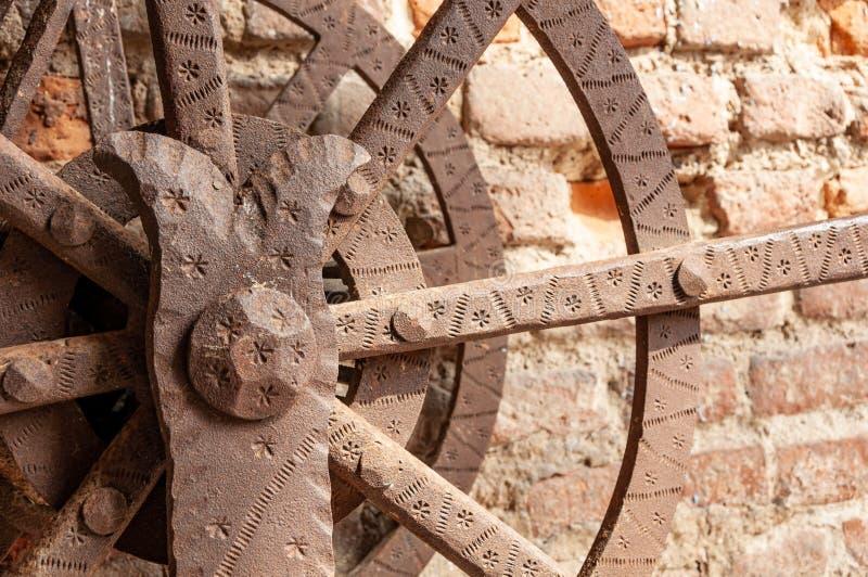 Italiaans middeleeuws kasteel: Ophaalbrugdetail stock foto's