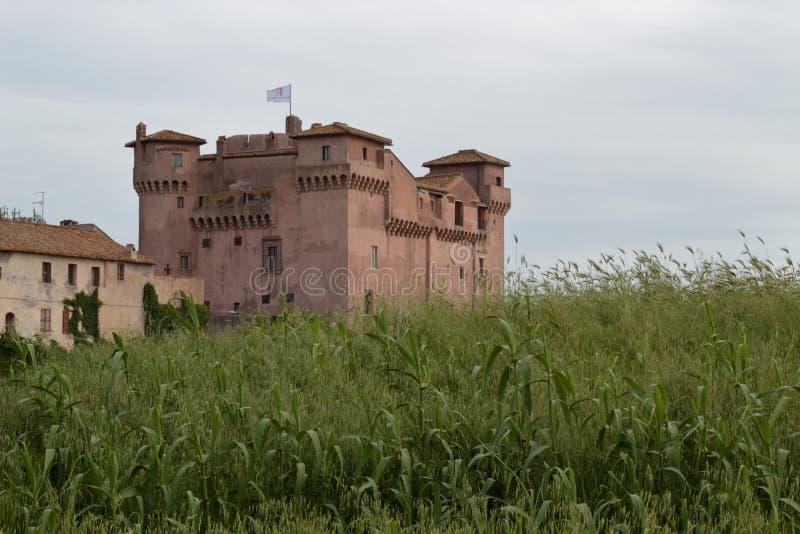 Italiaans middeleeuws kasteel van de veertiende en zestiende eeuwen stock foto