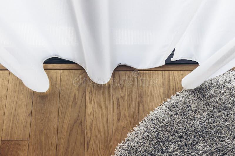 Italiaans Modern ModelHouse: Duidelijk Gordijn met Houten Vloer en Grey Carpet stock afbeelding