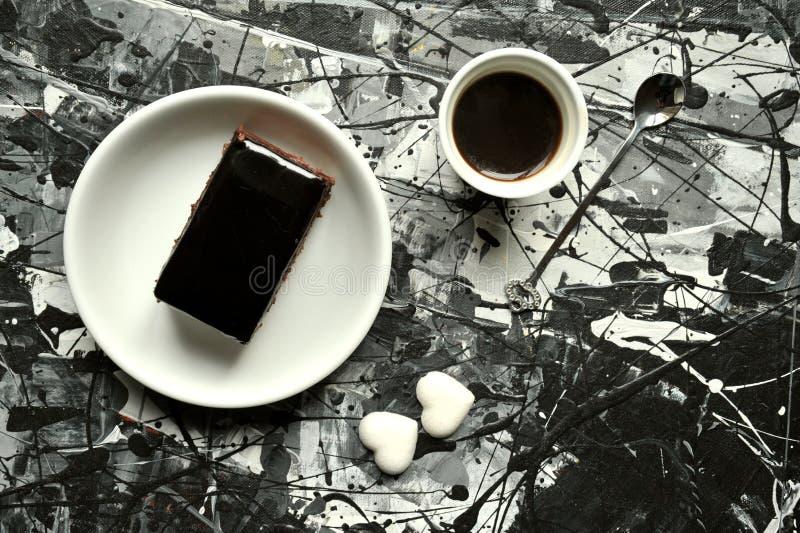 Italiaans ontbijt met koffie en chocoladecake royalty-vrije stock afbeeldingen
