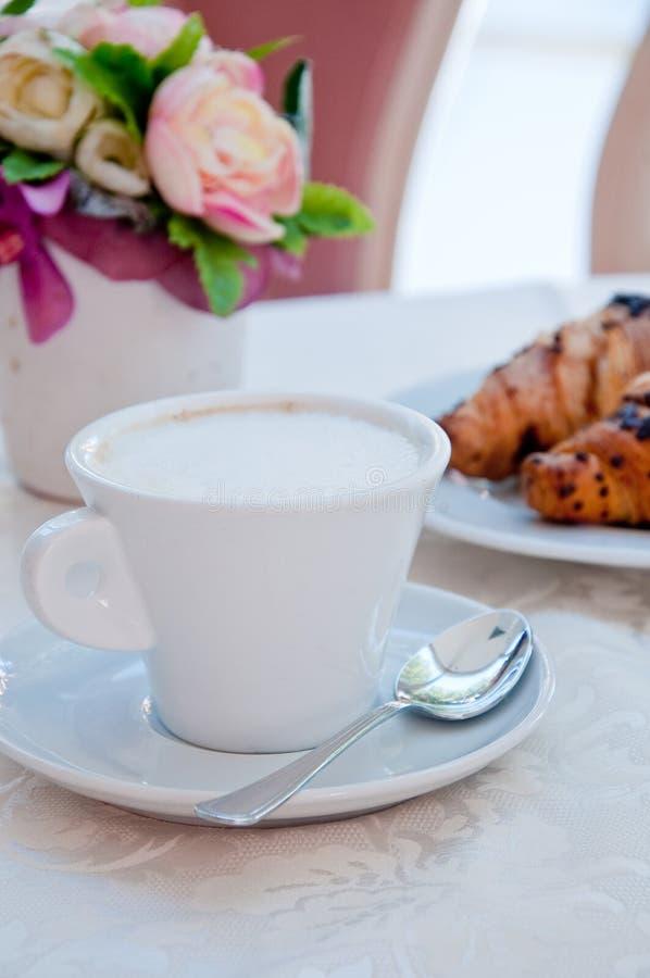 Italiaans ontbijt van croissant en cappuccino royalty-vrije stock afbeeldingen