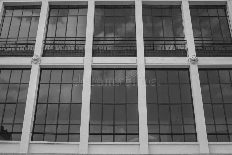 Italiaans Paleis met weerspiegelde vensters stock afbeelding