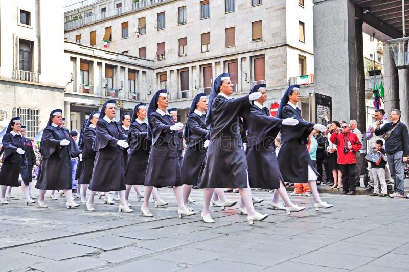 Italiaans Rode Kruis dat in officiële parade marcheert stock fotografie