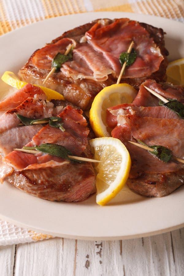 Italiaans rundvlees Saltimbocca met salie, ham en citroenclose-up Vert royalty-vrije stock foto