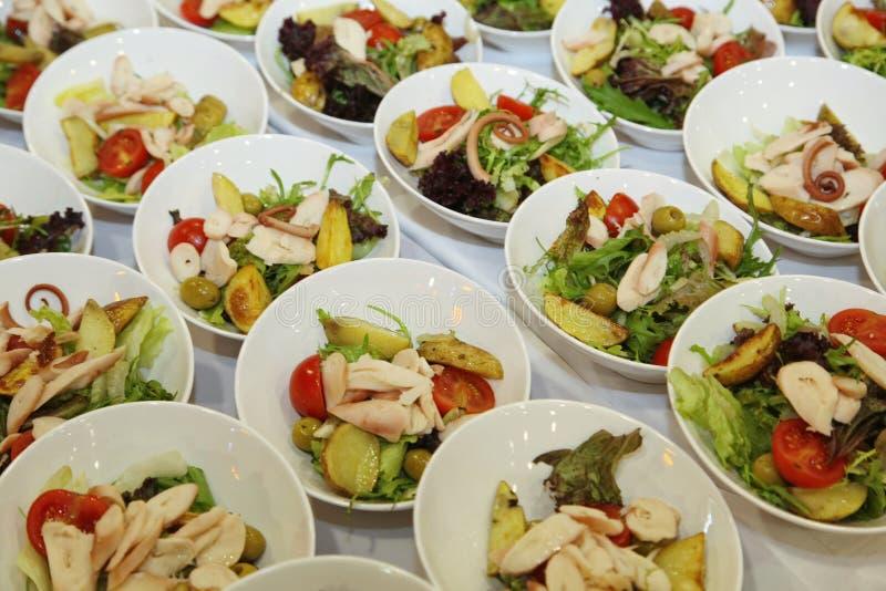 Italiaans saladebuffet bij het hotel de catering van de voedselpartij Voorgerechten, gastronomisch voedsel - plantaardige salade  royalty-vrije stock afbeelding