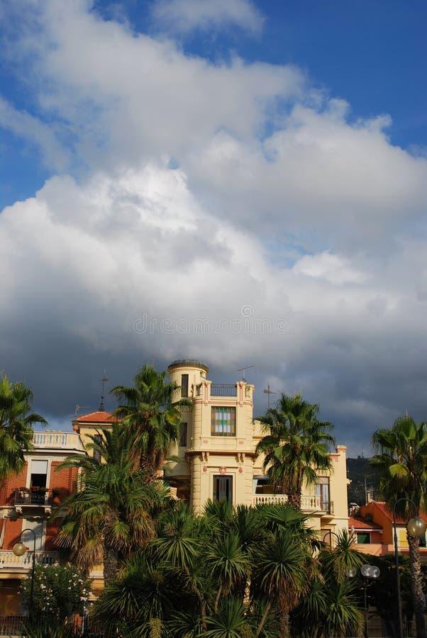 Italiaans villa en park stock afbeeldingen