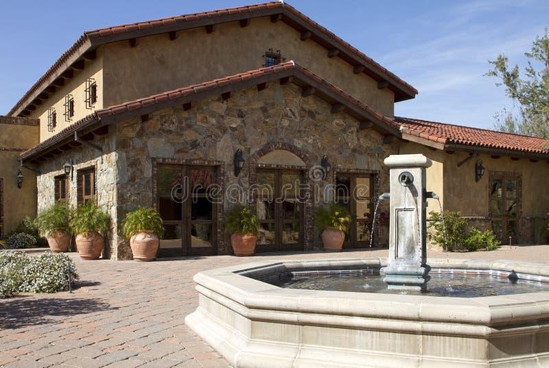 Italiaans villafontein en binnenplaatsplein stock afbeelding