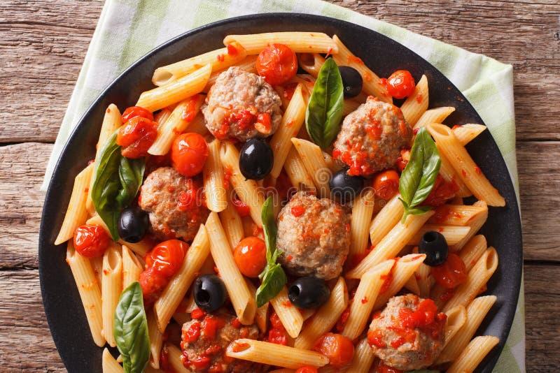 Italiaans Voedsel: Deegwaren met vleesballetjes, olijven en tomatensausclos royalty-vrije stock foto's