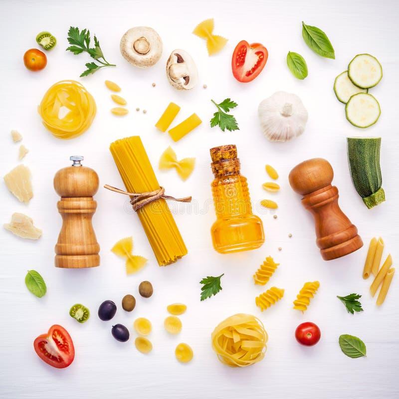 Italiaans voedselconcept Divers soort deegwaren met ingrediënten swe royalty-vrije stock foto's