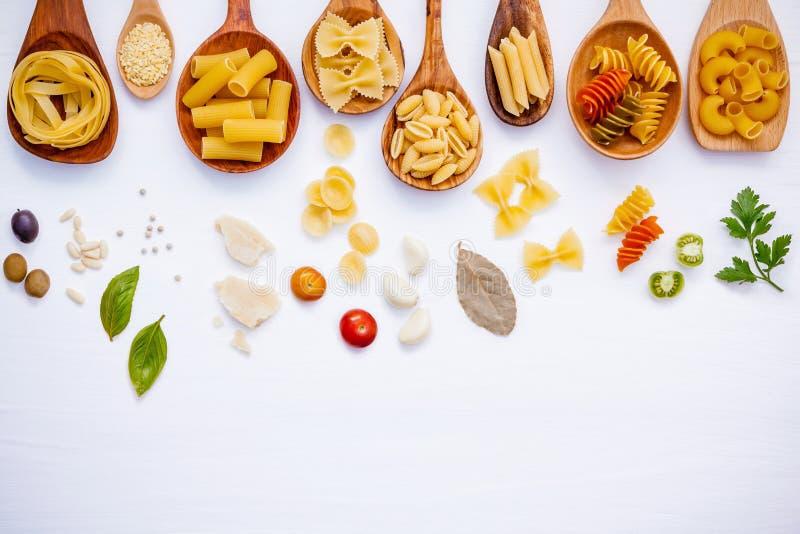 Italiaans voedselconcept Divers soort deegwaren met ingrediënten swe royalty-vrije stock afbeelding