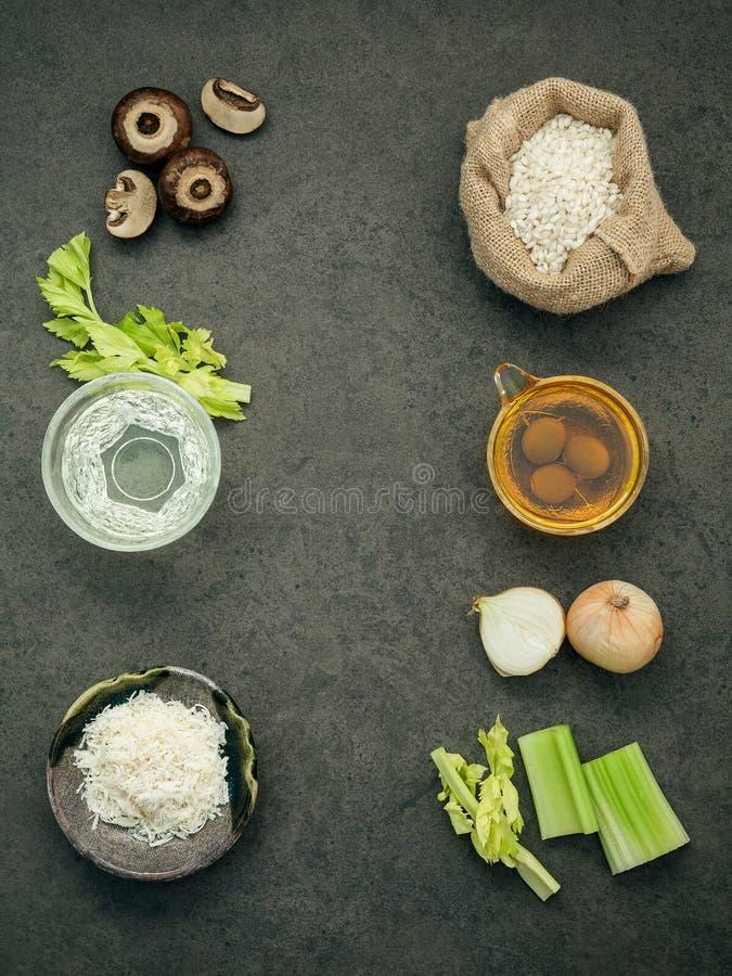 Italiaans voedselconcept en menuontwerp Ingredi van paddestoelenrisotto stock foto's