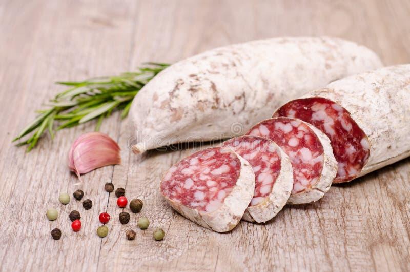 Italiaanse aan de lucht gedroogde salamiworst stock foto's