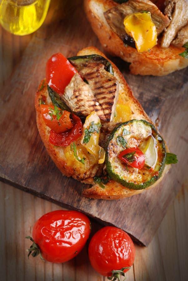 Italiaanse bruschetta met geroosterde groenten stock foto