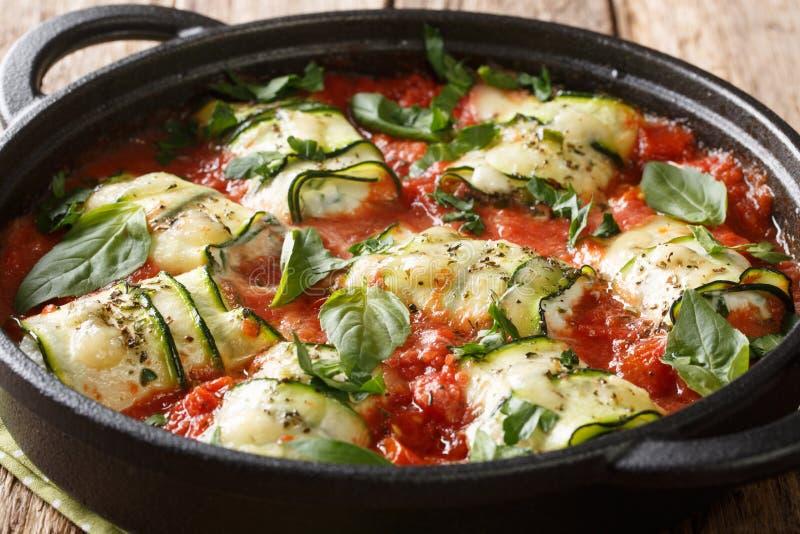 Italiaanse cuisine zucchini-broodjes gebakken met ricotta-kaas en kruiden in tomatensaus in een pan close-up horizontaal stock afbeelding
