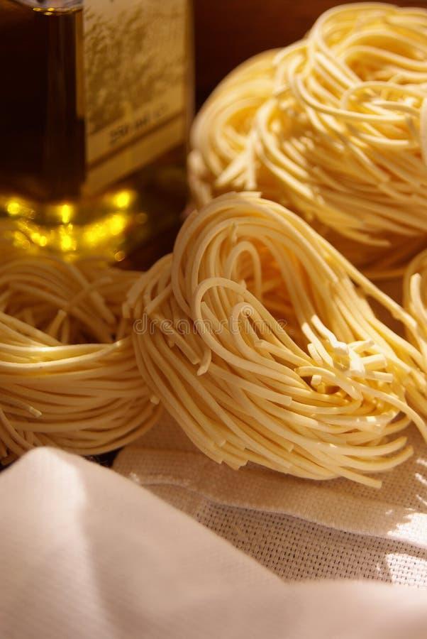 Italiaanse deegwaren en olijfolie stock afbeelding