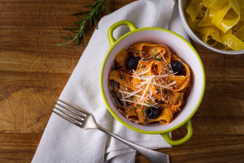 Italiaanse deegwaren met kaas stock foto