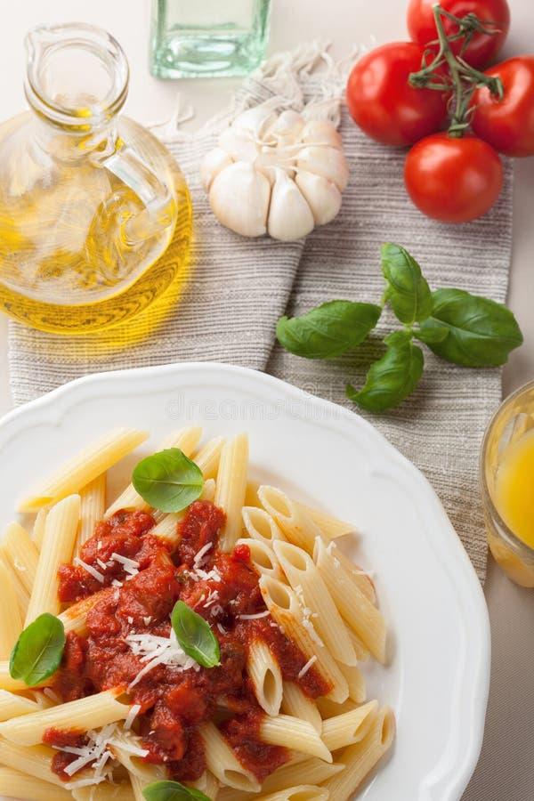 Italiaanse deegwaren met tomatensaus stock foto