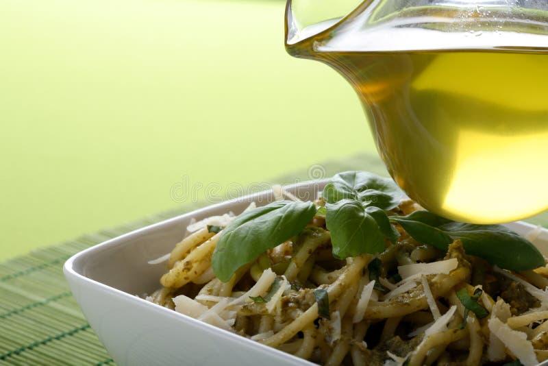 Italiaanse deegwaren met pesto sause royalty-vrije stock afbeelding