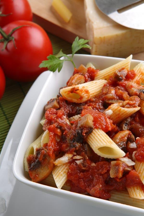 Italiaanse deegwaren met tomatensaus en parmezaanse kaas stock foto