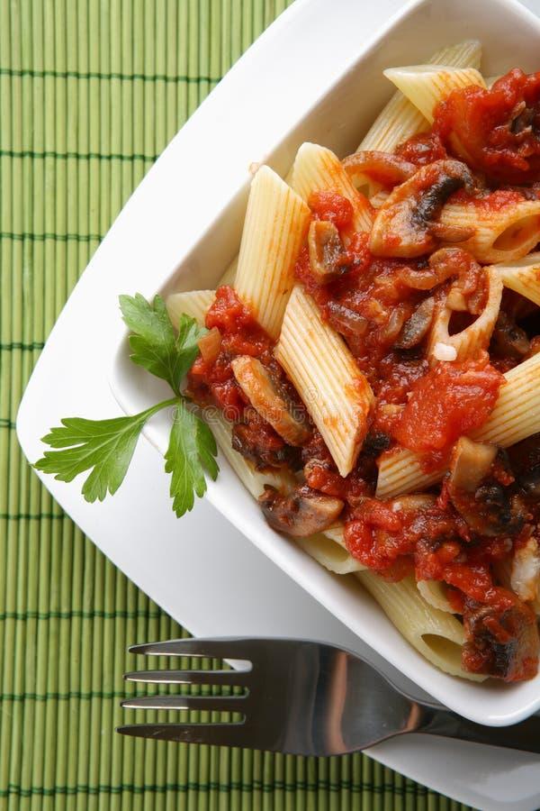 Italiaanse deegwaren met tomatensaus en parmezaanse kaas royalty-vrije stock foto
