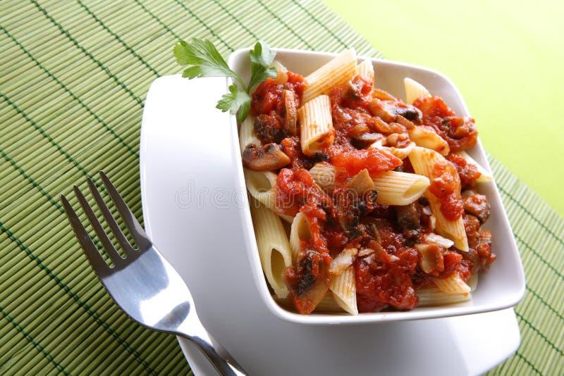 Italiaanse deegwaren met tomatensaus en parmezaanse kaas royalty-vrije stock foto's