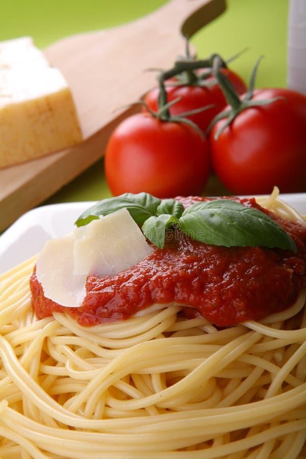 Italiaanse deegwaren met tomatensaus en parmezaanse kaas royalty-vrije stock afbeeldingen