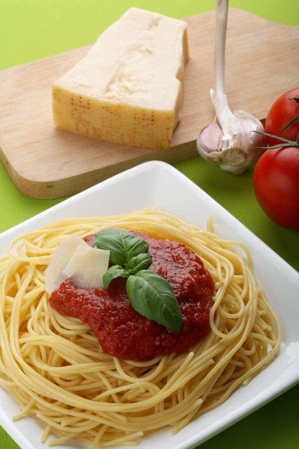 Italiaanse deegwaren met tomatensaus en parmezaanse kaas royalty-vrije stock afbeelding