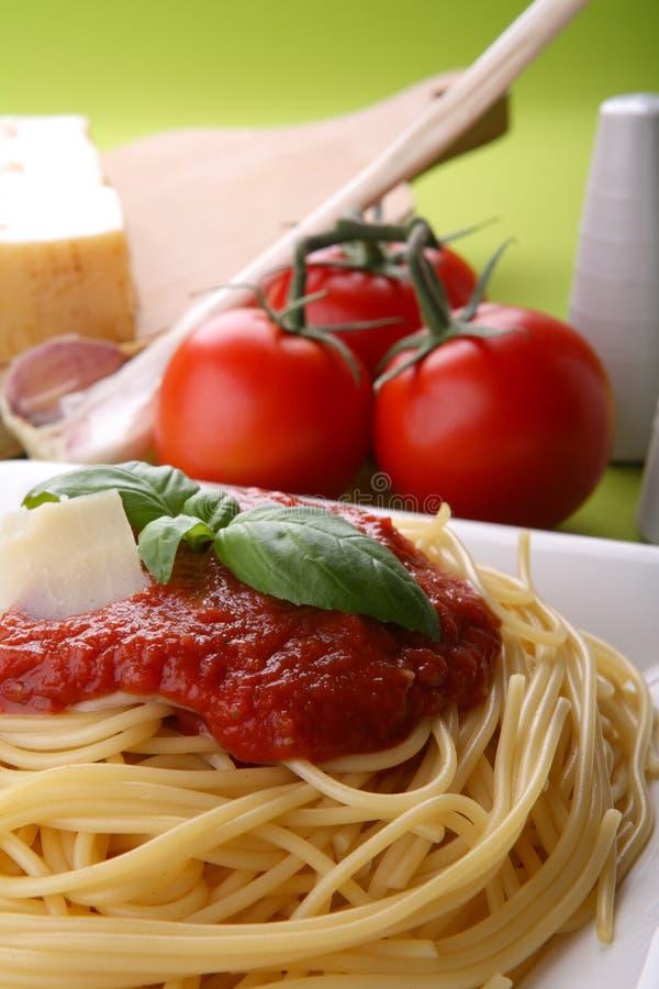 Italiaanse deegwaren met tomatensaus en parmezaanse kaas stock afbeeldingen