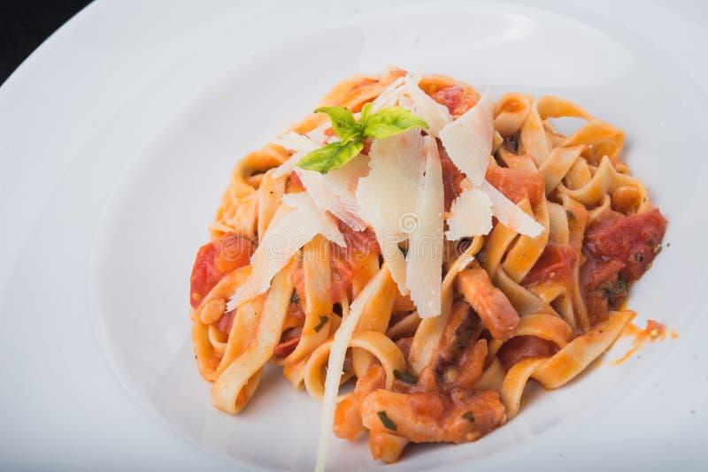 Italiaanse deegwaren met vlees, tomaat en kaas stock afbeeldingen