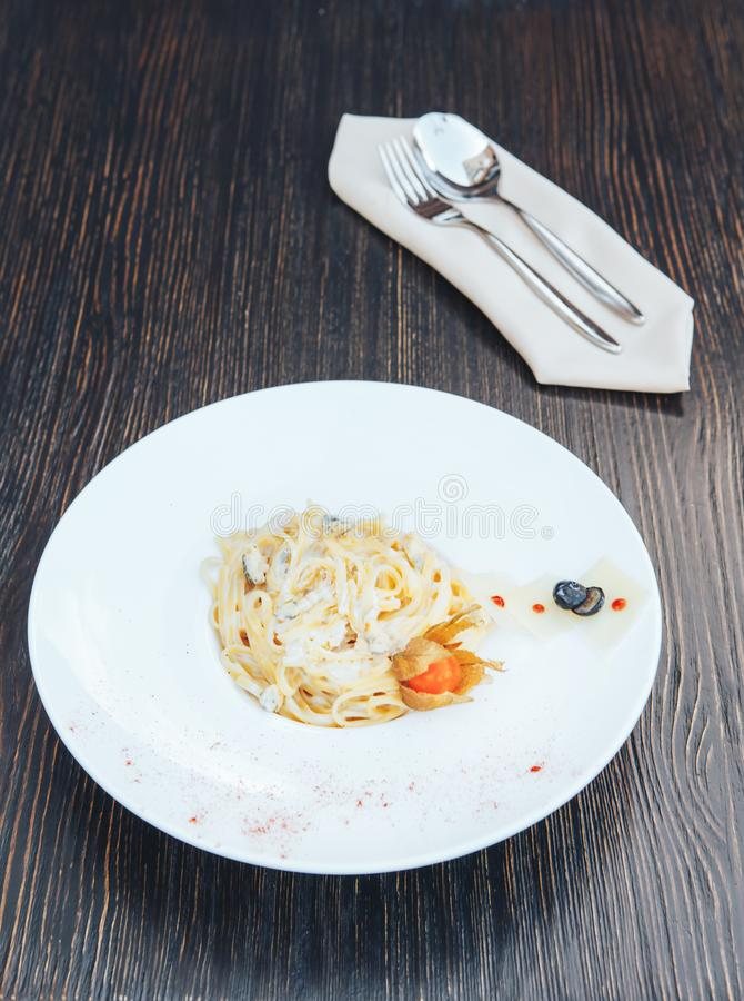 Italiaanse deegwaren met witte saus Fettuccinedeegwaren Tagliatelle royalty-vrije stock foto's