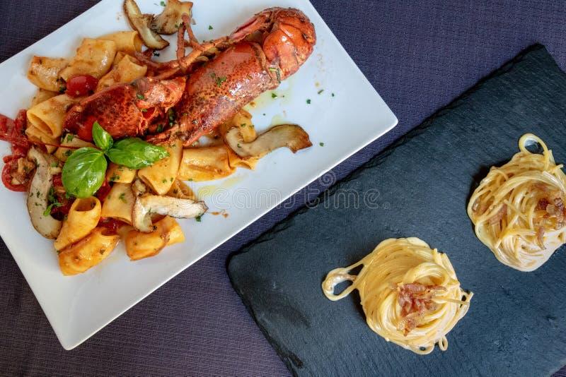 Italiaanse Deegwaren met Zeekreeft en Spaghetti Carbonara, Hoogste Weergeven royalty-vrije stock afbeeldingen