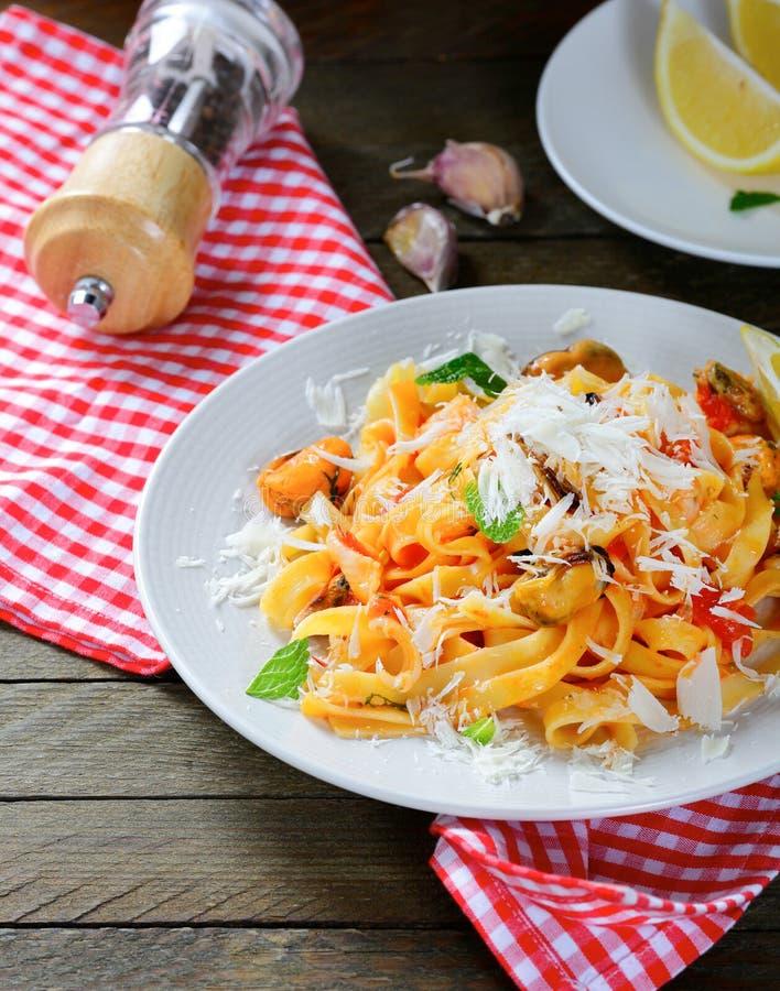Italiaanse deegwaren met zeevruchten en kaas stock afbeelding