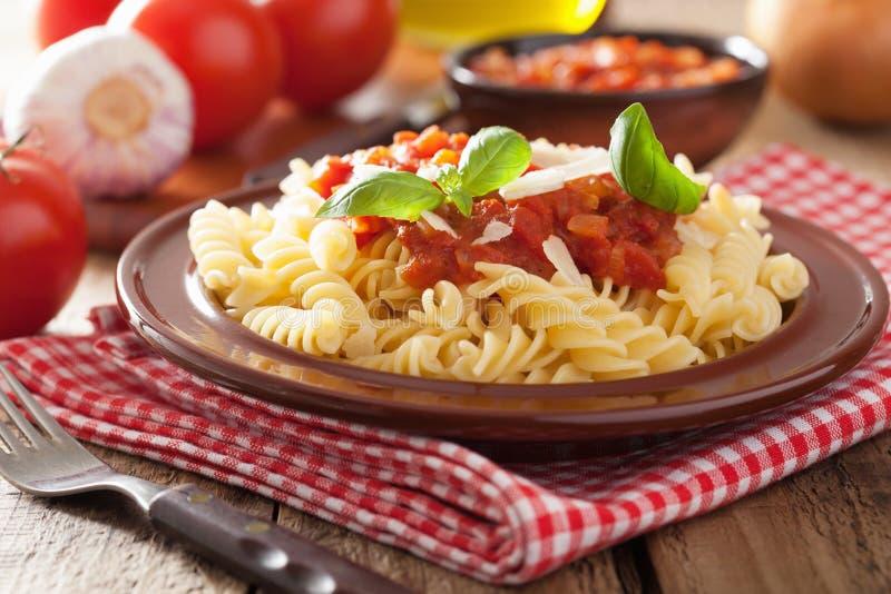 Italiaanse deegwarenfusilli met tomatensaus en basilicum royalty-vrije stock foto