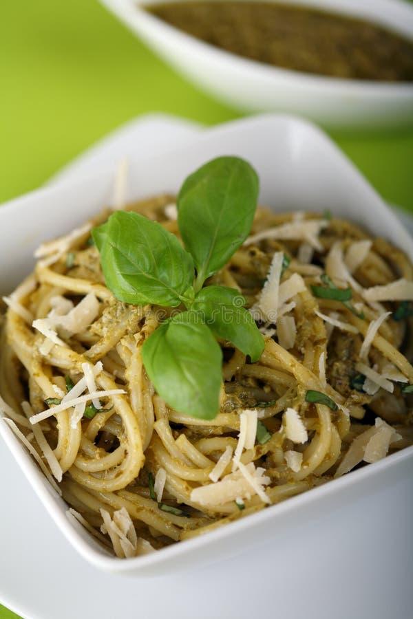 Italiaanse deegwarenspaghetti met pesto royalty-vrije stock afbeeldingen