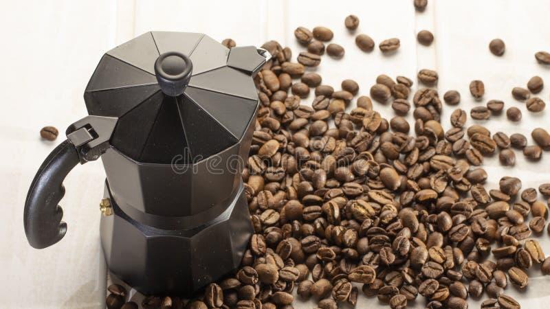 Italiaanse die coffepot met koffiebonen wordt gevuld op witte houten achtergrond De ruimte van het exemplaar royalty-vrije stock foto's