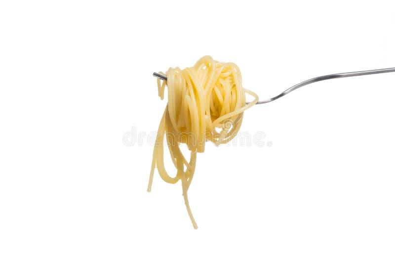 Italiaanse die deegwaren op vork, op witte achtergrond wordt geïsoleerd royalty-vrije stock afbeelding